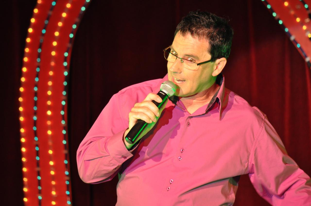 Norbert chante et présente le spectacle